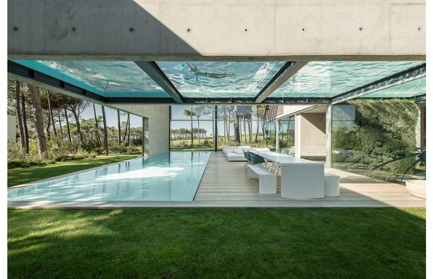 The-Wall-House-de-Guedes-Cruz-Arquitectos_fullview.jpg