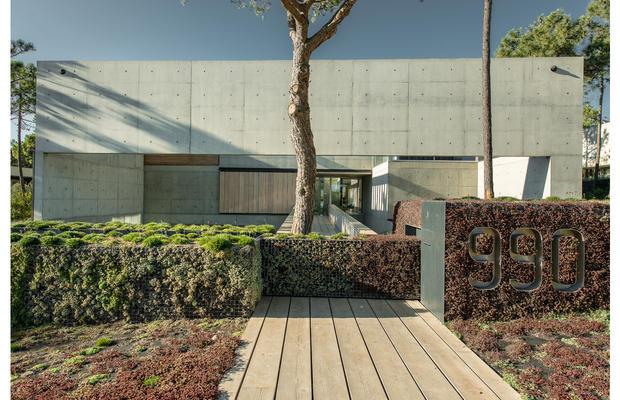 The-Wall_House-03-Guedes-Cruz-Arquitectos-Ricardo-Oliveira-Alves-Fotografia_fullview.jpg