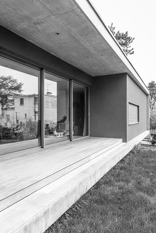 MTE_Dank-Architectes-maison-beton-brute-contemporaine-caluire-et-cuire_exterieur-terrasse-bois-baies-vitrées-1.jpg